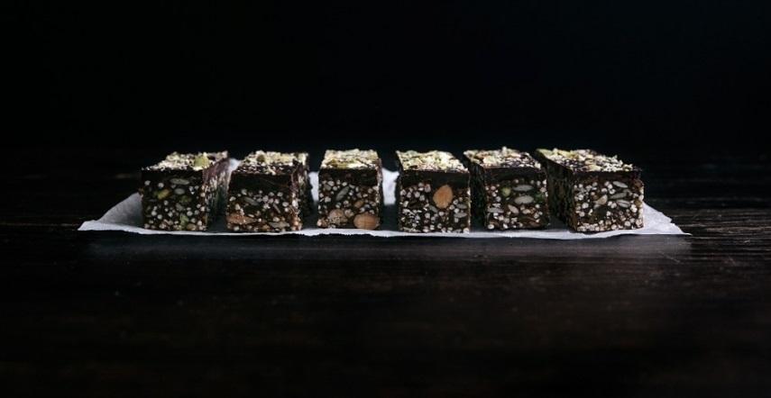 01-almond-pistachio-quinoa-dark-chocolate-sketch – kópia